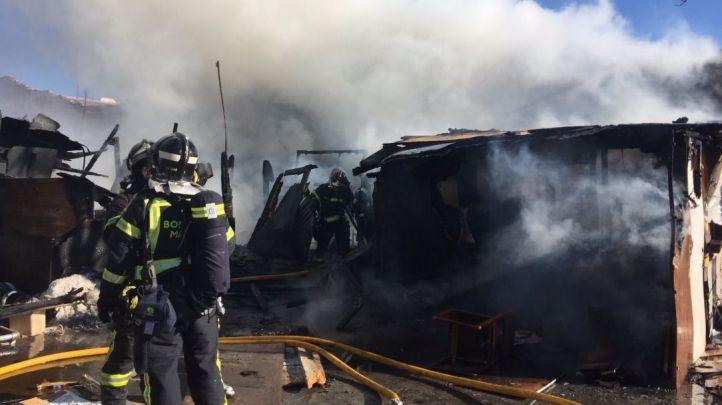 Los bomberos apagan el fuego originado en un incendio en un descampado de Fuencarral.