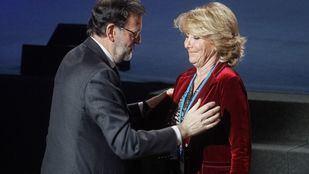 Mariano Rajoy saluda a Esperanza Aguirre en un congreso del PP.