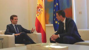 Reunión en Moncloa entre Casado y Sánchez.