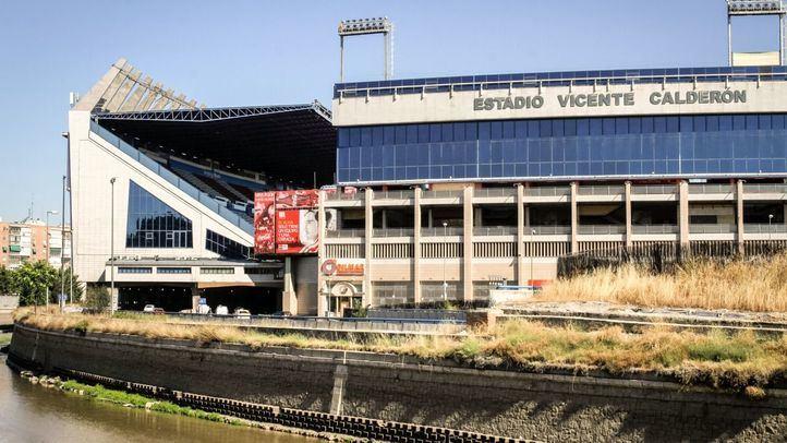 El Atlético subasta los escudos, rótulos y redes del Calderón