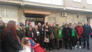 Miembros de la PAH celebran la paralización del desalojo de Patricia y su hijo