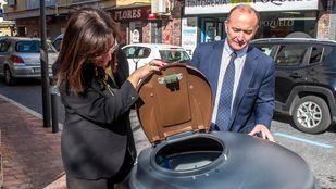 La alcaldesa de Pozuelo, Susana Pérez Quislant, se ha interesado por la implantación de los contenedores marrones en el Barrio de Las Flores, que empezó hace poco más de tres meses