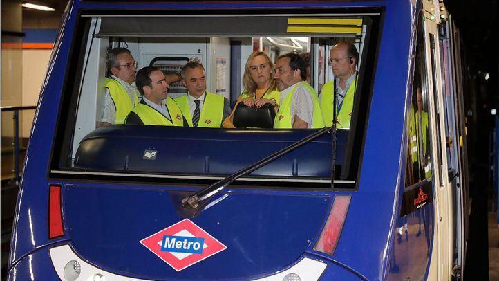 La consejera de Transportes, Rosalía Gonzalo, y el consejero delegado de Metro, Borja Carabante, en el suburbano.