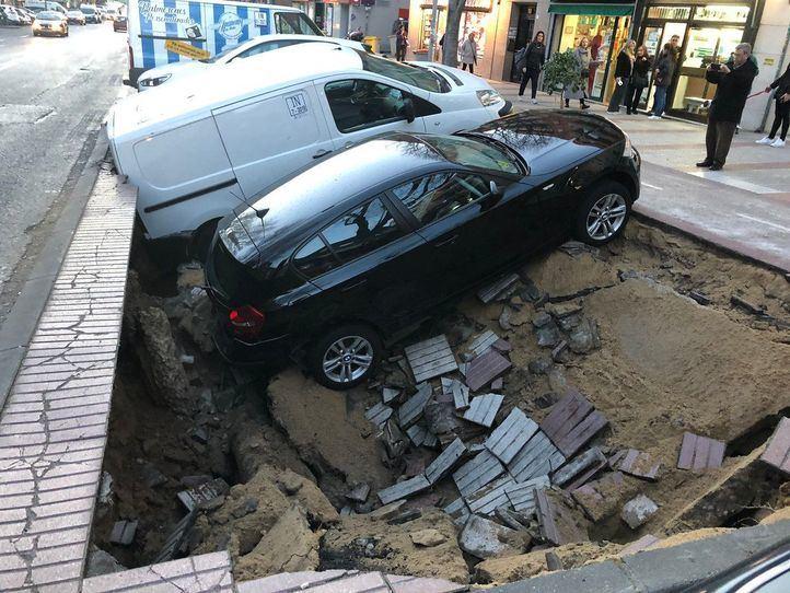 Un gran socavón se traga dos vehículos en Ciudad Lineal