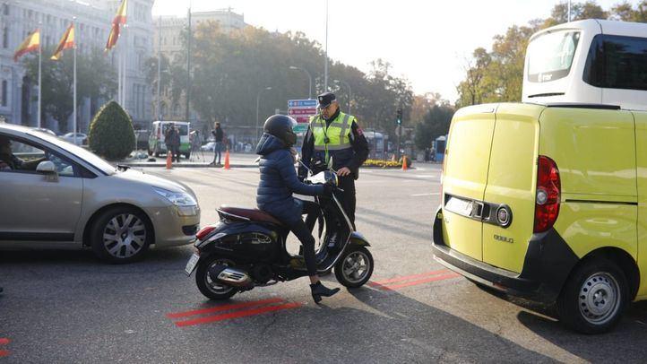 Agentes de movilidad informan sobre las restricciones de Madrid Central.