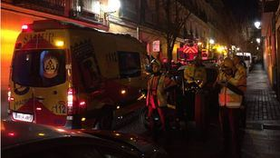Un hombre ha sido atendido en Lavapiés tras incendiarse la corrala en la que vivía.