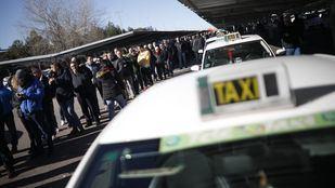 Los taxistas votaron en referéndum en la T-4 si continuaban o no con la huelga indefinida.