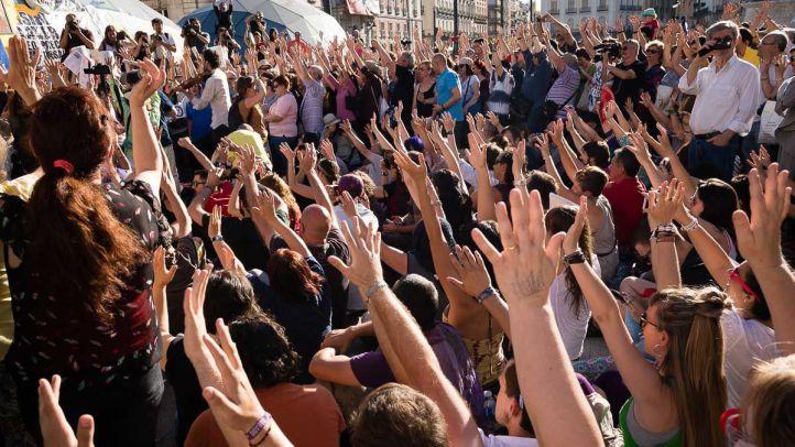 Los participantes realizan una sentada en la Puerta del Sol en la manifestación por el cuarto aniversario del 15M.