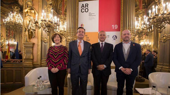 De izquierda a derecha: Maribel López, codirectora de ARCOmadrid; Eduardo López-Puertas, director general de IFEMA; Claudio de la Puente Ribeyro, Embajador del Perú en España y Carlos Urroz, codirector de ARCOmadrid.