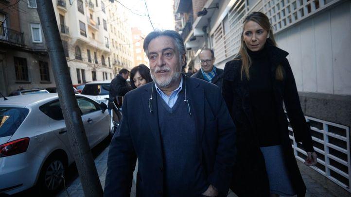 Pepu Hernández, junto a su equipo, presenta la documentación necesaria para presentarse a las primarias del PSOE de Madrid.