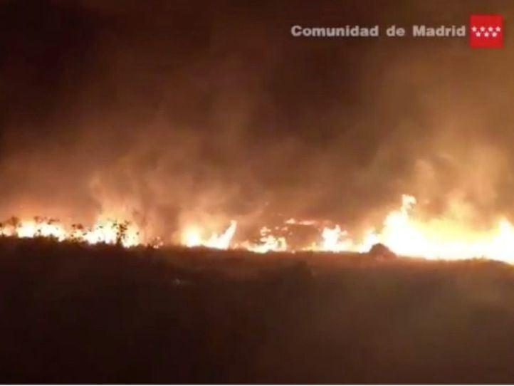 Un incendio de pastos sorprende a los conductores de la A-42