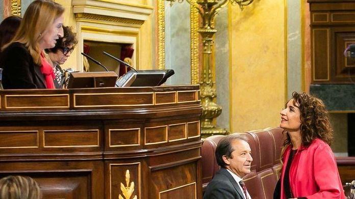 La ministra de Hacienda, María Jesús Montero, y la presidenta del Congreso, Ana Pastor