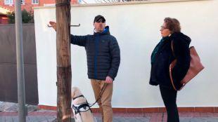 Un vecino de Moncloa denuncia junto a su perro guía la poca accesibilidad de una de sus calles.