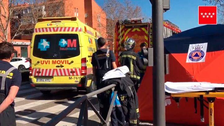 Los sanitarios, en el lugar donde se ha producido un atropello que ha derivado en la muerte de una señora de 72 años en Alcobendas.