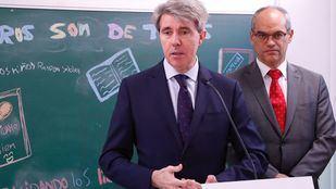 El presidente de la Comunidad, Ángel Garrido, y el consejero de Educación, Rafael van Grieken, en un acto en un colegio de Madrid. (Archivo)