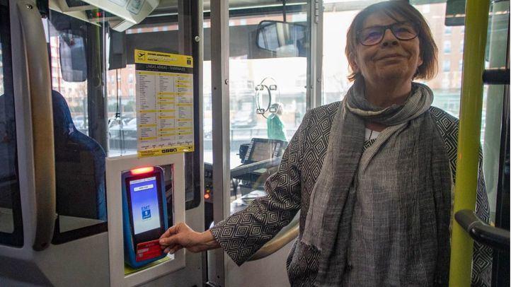 En el acto han intervenido la delegada de Movilidad y Medio Ambiente, Inés Sabanés, el gerente de la EMT, Álvaro Heredia, el concejal del PSOE, Chema Dávila y representantes del banco Santander, Mastercard y Visa.