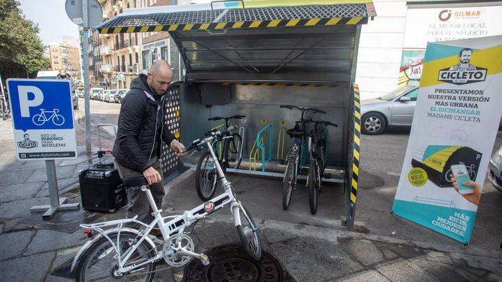 La compañía Madame Cilcleta, a través del proyecto Mares, y con el apoyo de la Junta de Centro del Ayuntamiento de Madrid, ha puesto en marcha un sistema de aparcamiento para bicis en las calles de Madrid.