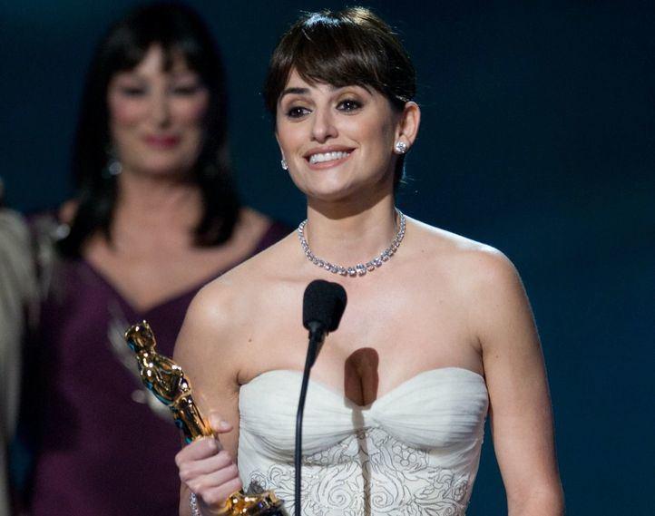 Penélope Cruz recoge el Oscar a Mejor Actriz de Reparto en la 81ª ceremonia en el Kodak Theatre de Los Ángeles.