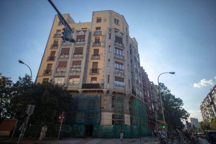 Edificio apuntalado en la calle Santa Engracia número 129.