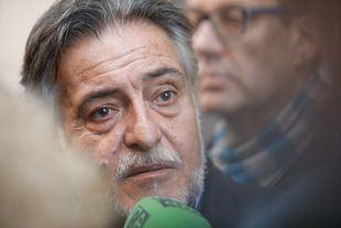 Pepu Hernández, junto a su equipo, antes de adjuntar la documentación necesaria para presentarse a las primarias del PSOE de Madrid.