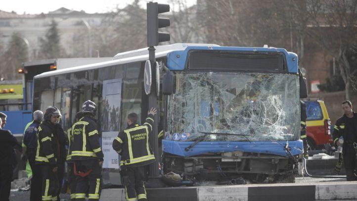 Un autobús de la EMT choca contra un muro y se lleva por delante a un motorista y un taxi en un aparatoso accidente en Doctor Esquerdo.