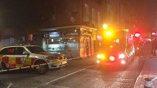 Los servicios de emergencias atienden al herido en Vallecas.