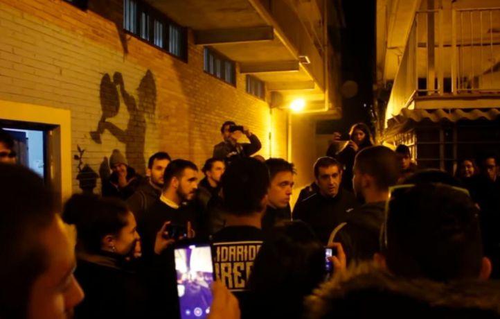Los jóvenes, que en alguno de los momentos del encuentro explican que son del barrio de toda la vida, afean a Errejón su trabajo.