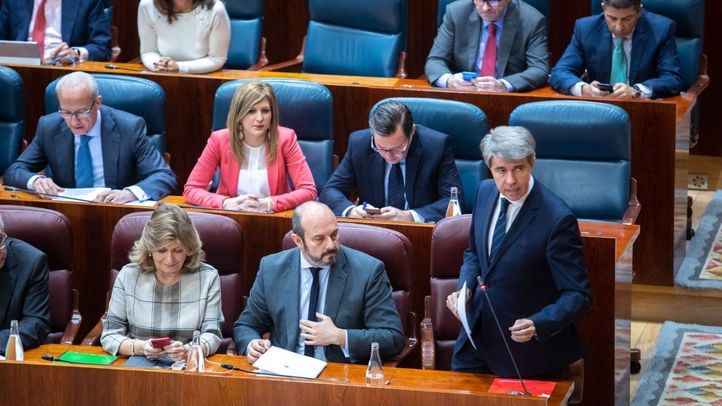 El presidente de la Comunidad de Madrid, Ángel Garrido, responde a las preguntas de los portavoces de la oposición.