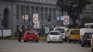 Agentes de movilidad, apoyados por Policía Municipal, informan en los accesos a los conductores sobre las restricciones.
