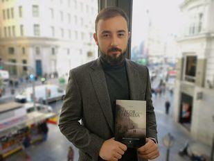 El autor Miguel Pérez de Castro, con la nueva entrega de Linaje, en La Terraza de Gran Vía
