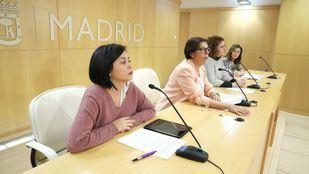 La delegada de Medio Ambiente y Movilidad, Inés Sabanés, acompañada por las concejalas presidentas de Carabanchel y Usera, Esther Gómez y Rommy Arce.