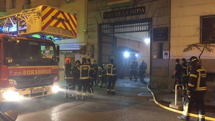 Tres intoxicados leves en el incendio de un cuartel en Chamberí