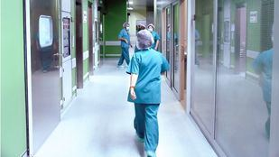 Sanitarios en quirófano.