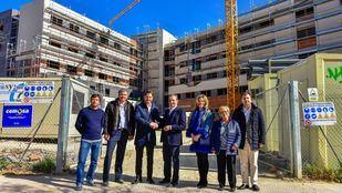 El alcalde visitó el pasado viernes las obras del residencial, que estará operativo después de este verano.