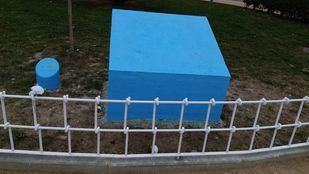 Monolito donde se encontraba la placa homenaje a Sandra Palo.