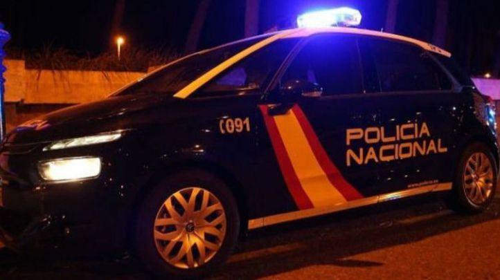 Dos policías heridos al evacuar a dos ancianos en un incendio