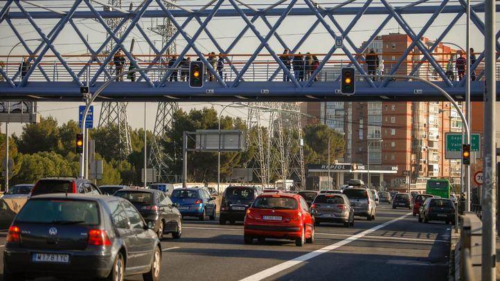 Nuevos semáforos en la Autovía A-5 que permitirán al Ayuntamiento de Madrid convertir esa carretera de acceso en una vía urbana como piden las plataformas de vecinos de Aluche, Campamento y Cuatro Vientos.