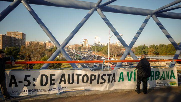 La plataforma Campamento Sí ha instalado una pancarta de apoyo a la instalación de semáforos en la A5 para convertirla en la una vía urbana como quieres hacer el Ayuntamiento de Madrid.
