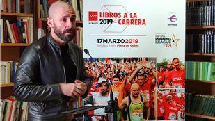 El consejero de Cultura y Deportes, Jaime de los Santos, presenta una nueva edición de 'Libros a la carrera'.