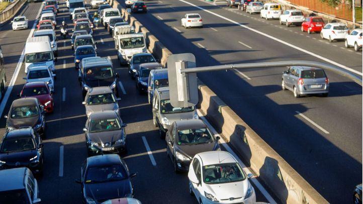 Primer día de los semáforos de la A-5, que han incrementado los atascos en la zona, según la DGT.