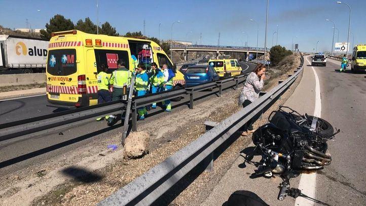 Un motorista pierde la pierna izquierda al chocar contra el quitamiedos