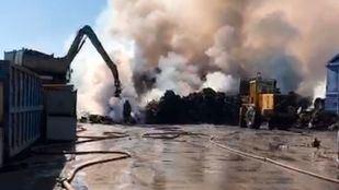 Ocho dotaciones de bomberos continúan refrescando la zona del incendio en una chatarrería de San Fernando.