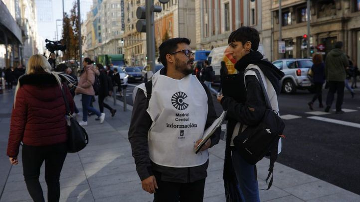 Voluntarios informan a pie de calle sobre Madrid Central.