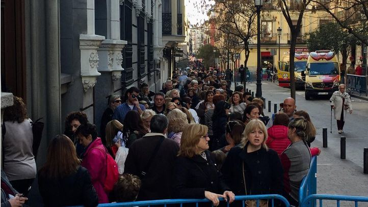 Una multitud de devotos y peregrinos acuden al besapiés del Cristo de Medinaceli