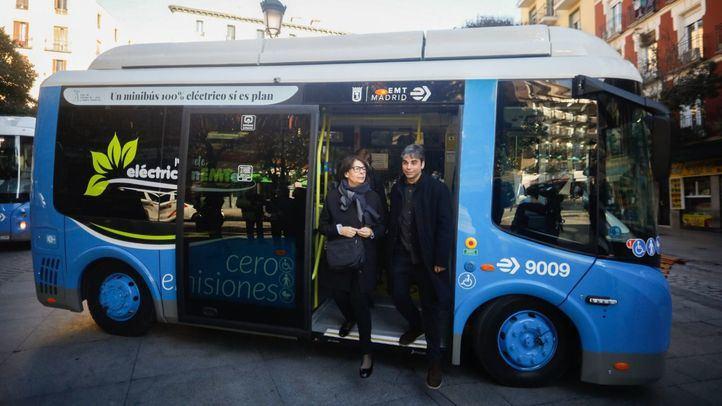 Inés Sabanés, delegada de Medio Ambiente y Movilidad, y Jorge García Castaño, concejal de Centro y de Economía y Hacienda, en la presentación de los 'minibuses' eléctricos hace unos días.