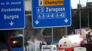 Arde un autobús en mitad del nudo de Manoteras