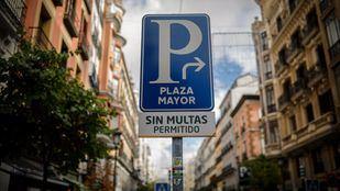 Señal de tráfico del aparcamiento público de la plaza Mayor.