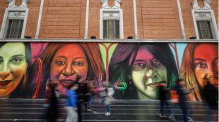 El mural de Change.org, ya terminado, atrae las miradas de muchos transeúntes.