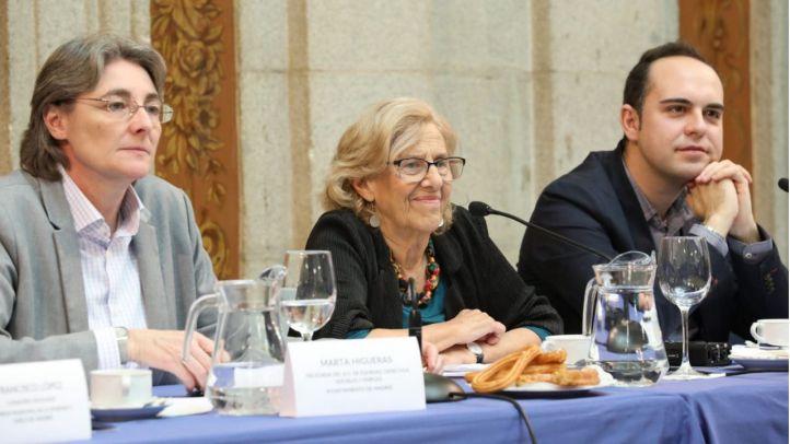 Marta Higueras, Manuela Carmena y José Manuel Calvo, en la presentación del decálogo para garantizar que la vivienda sea un derecho.
