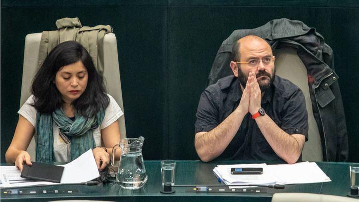 Rommy Arce, anticapitalista, y Pablo Carmona, de la Bancada, en un Pleno del Ayuntamiento.